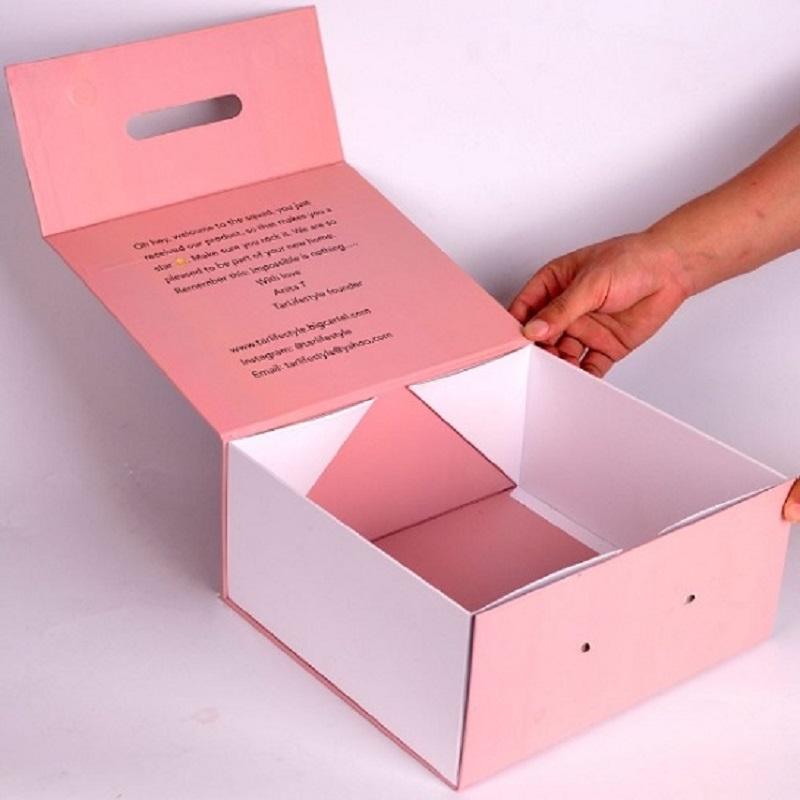 Mẫu hộp quần áo nắp nam châm màu hồng trắng